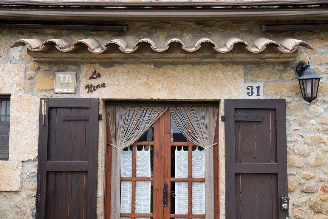 Cal Duc- La Nena- Porta exterior entrada