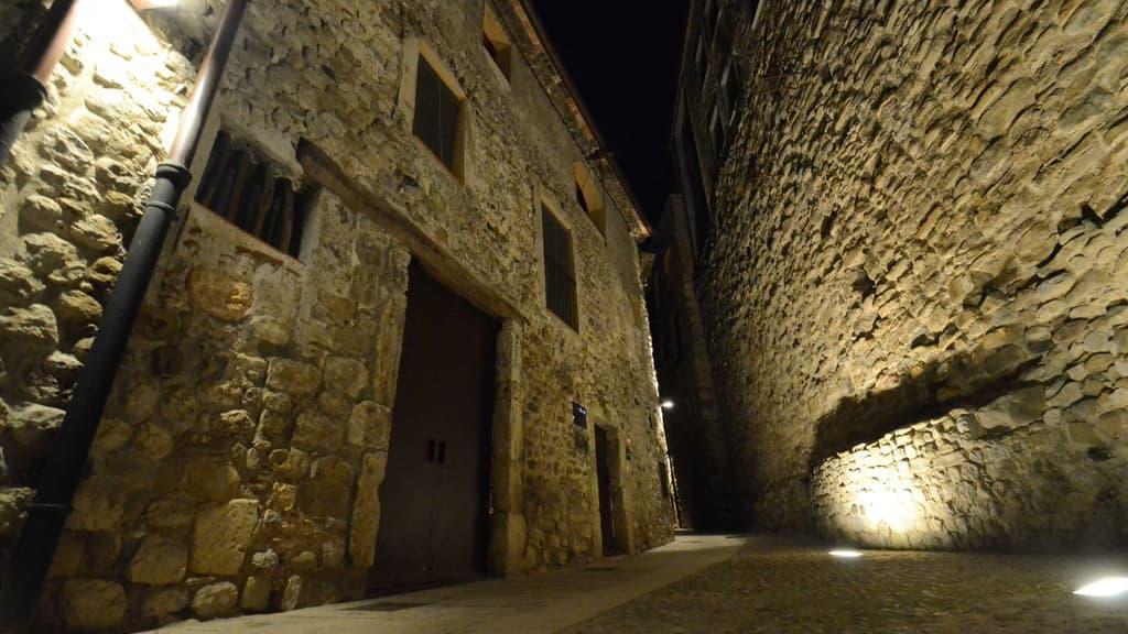 Vista nocturna de la façana de Can Fruitós