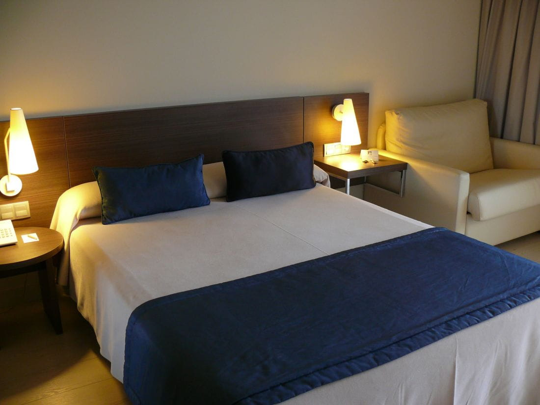 Habitaci n triple vista piscina hotels mediterr neo for Hotel piscina habitacion