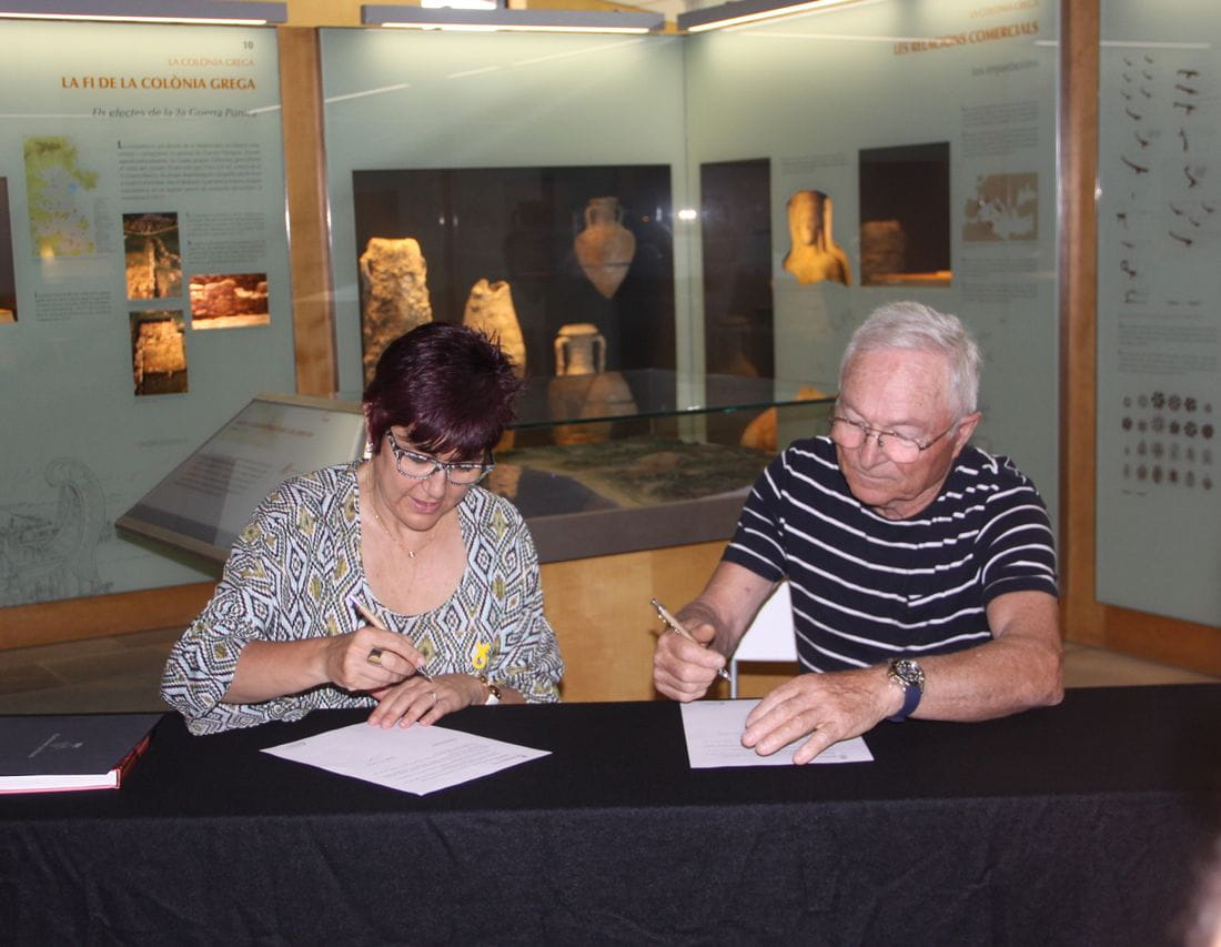 La alcadesa de la localidad, Montse Mindan, y el mismo Falcó han firmado el acuerdo este jueves en la Ciudadela de Roses.