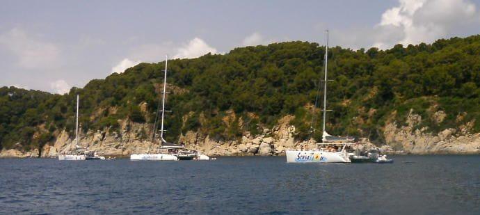 Tres catamarans que porten turistes (generalment grups d´adolescents) a passar el dia ballant i banyant-se, de manera que en tot aquest tram de costa les petites embarcacions i banyistes no hi caben