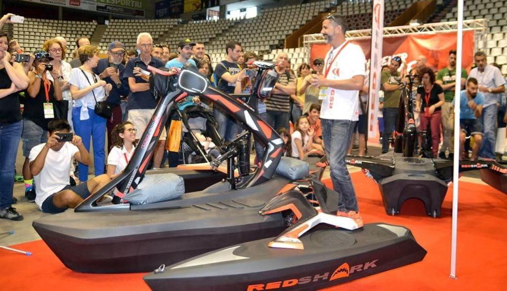 El dissenyador local Josep Rubau ha ideat el RedShark, una embarcació per practicar el ciclisme aquàtic