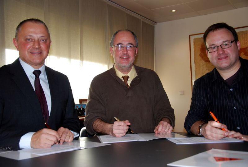 Josep Lagares, Llorenç Caballero and Francesc CAssu signing the agreement
