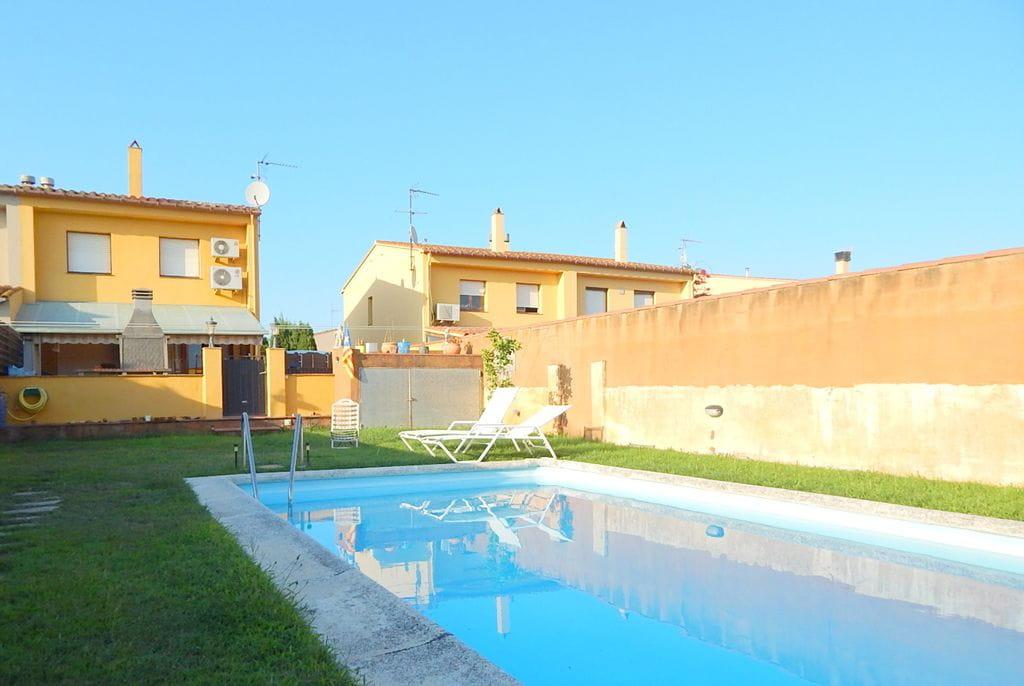 2049 montras casa semi adosada con jard n y piscina for Casa vacacional con piscina privada